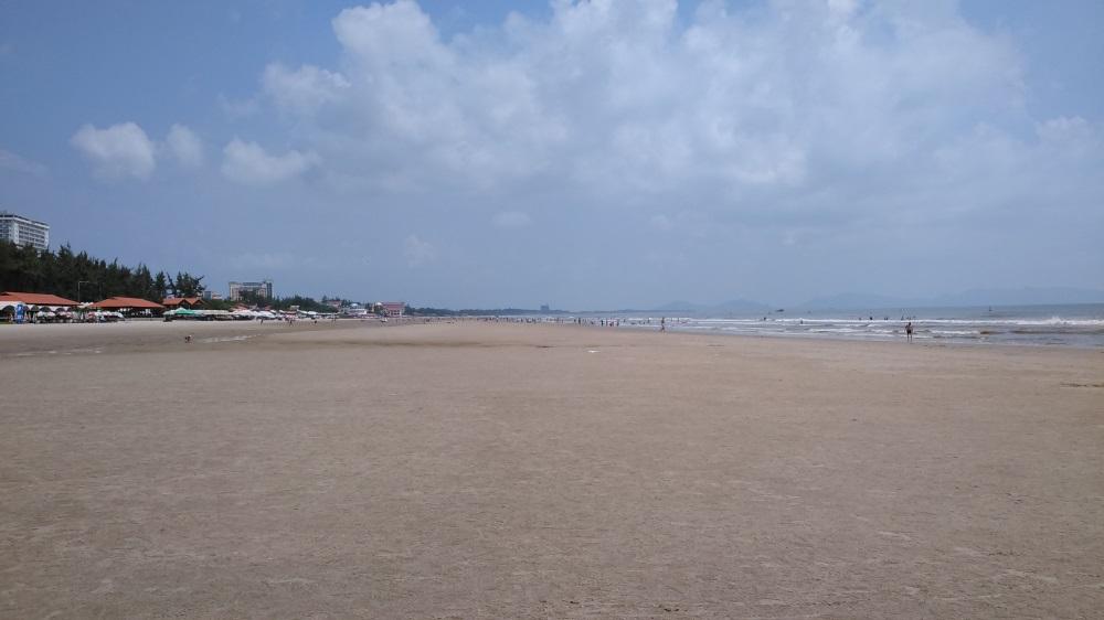 vista de la playa hacia la derecha de la playa de Vietnam Vung-Tau