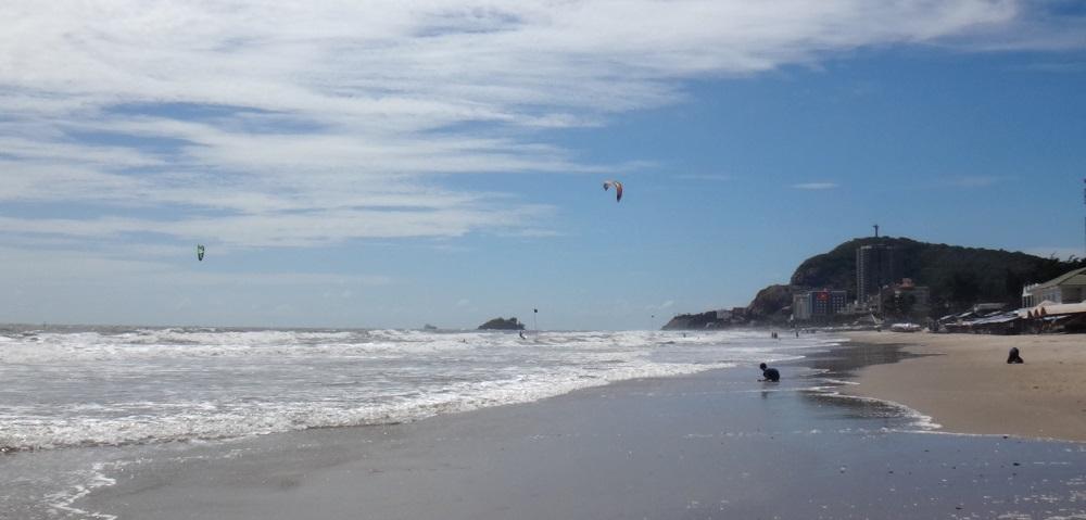 płaska woda i lekki wiatr latawca podczas kursu w Vung Tau Kite Beach