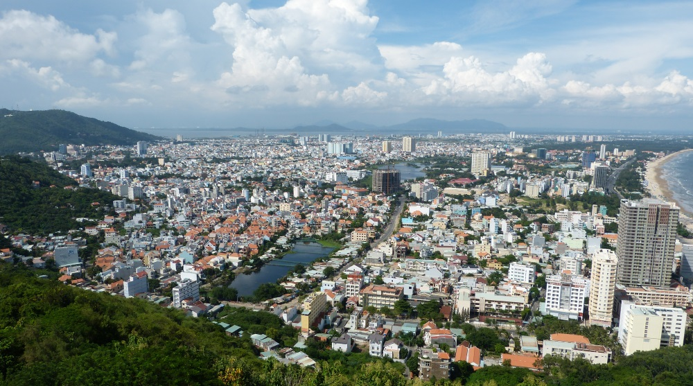 Vung Tau Stadt von oben im berge bis unten am strand Kiten Vietnam