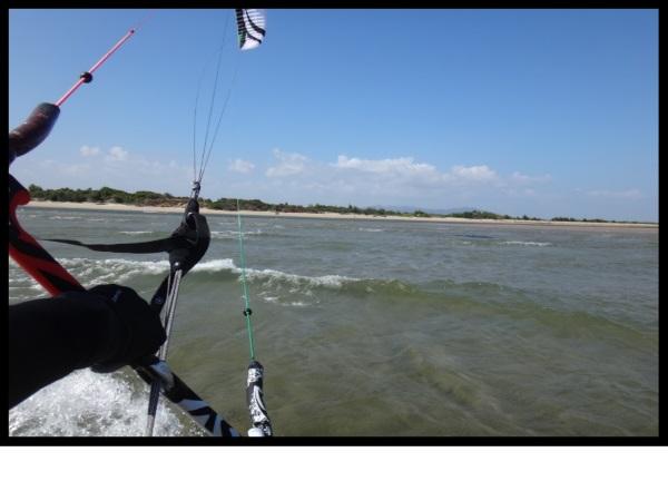 Att lära och öva kitesurfing på 40 cm vatten för hundratals meter är det säkraste alternativet möjligt