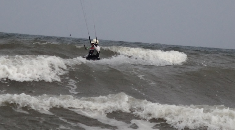 riding between waves in Vietnam kiteschool Vietnam Vung tau kite lessons beginner course January