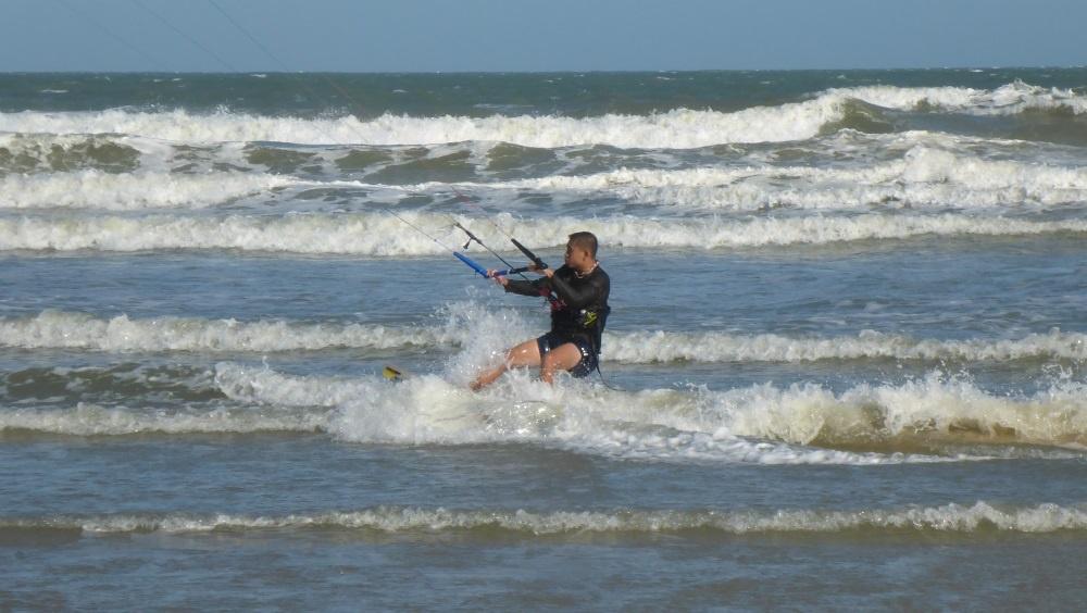 vattenstart de första meter över vatten ridning kitesurfing lektioner vietnam kite kurs november