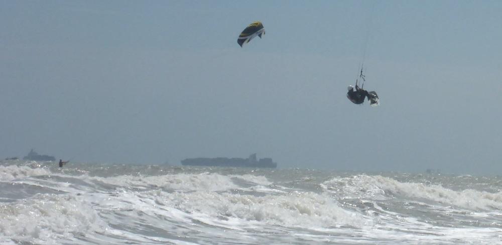 2 navigation a kitesurf dans la plage de Vung Tau au Vietnam