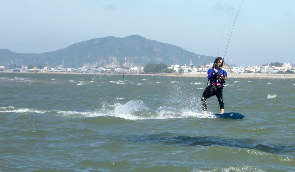 6 kitesurfing in 20 knots in Vietnam best kitespot in March