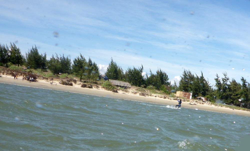 7 kitesurf dans de l'autre côté de la rive, Long Hai - vent au Vietnam