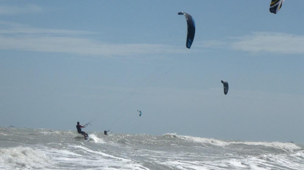 9 group de kites navigant a l'embochure de la riviere a Vung Tau