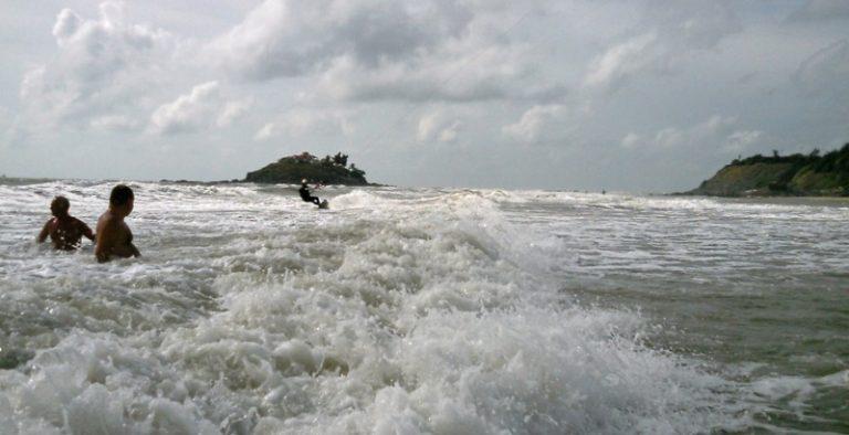 3 vung tau beach riding on the waves towards the beach-kitesurfen-kitesurfing lessons vietnam february