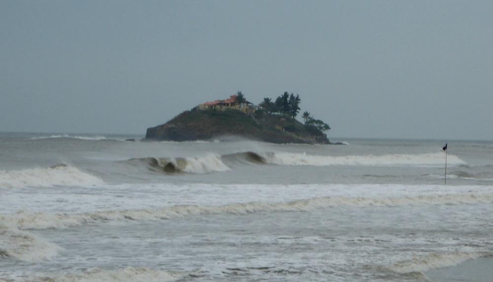 La isla Hon Ba y el oleaje