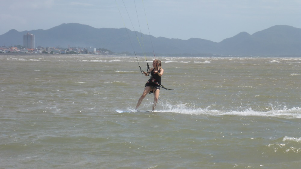 bài học lướt ván diều ở Việt Nam - Steffi vào ngày học diều thứ hai