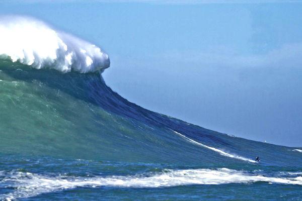 la vague est un mur de plus de 15 mètres de haut