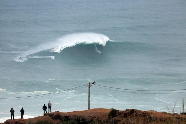 la vague vue du haut de la falaise