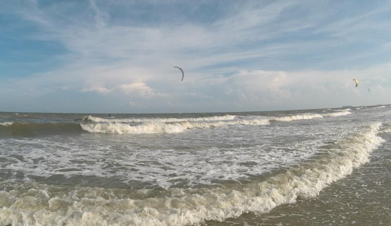 kitesurfing in waves in Vung Tau kite spot - Bai Sau beach