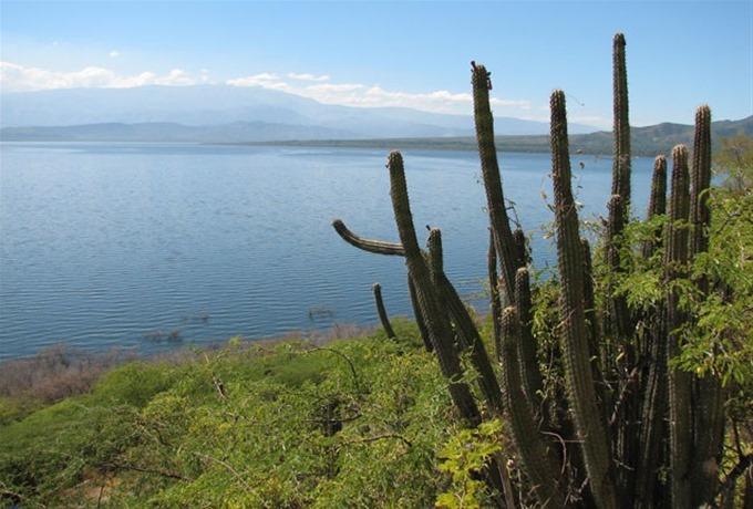 El lago y la isla al fondo al medíodia, sin viento