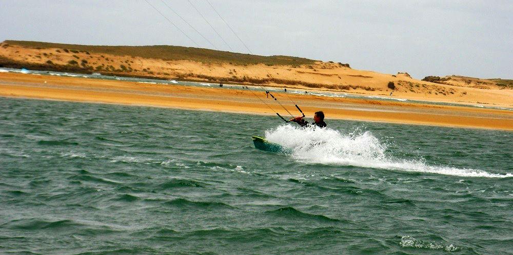 a toda velocidad kitesurfing en Oualidia