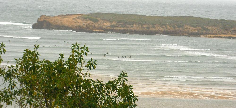 gente haciendo surf frente a la entrada al lagoon de Oualidia