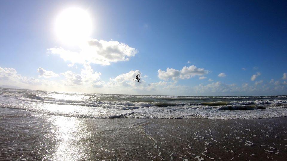 Gió ở miền Nam Việt Nam vào tháng Tư - lướt ván diều ở Vũng Tàu
