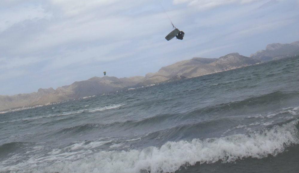 1 saltando con el kitesurf en Mallorca