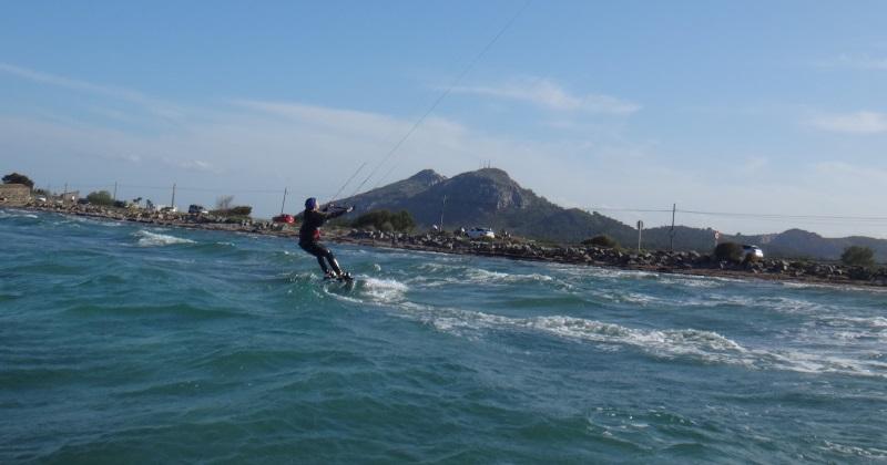 20 kitesurfing 200 mts hacia Sa Marina