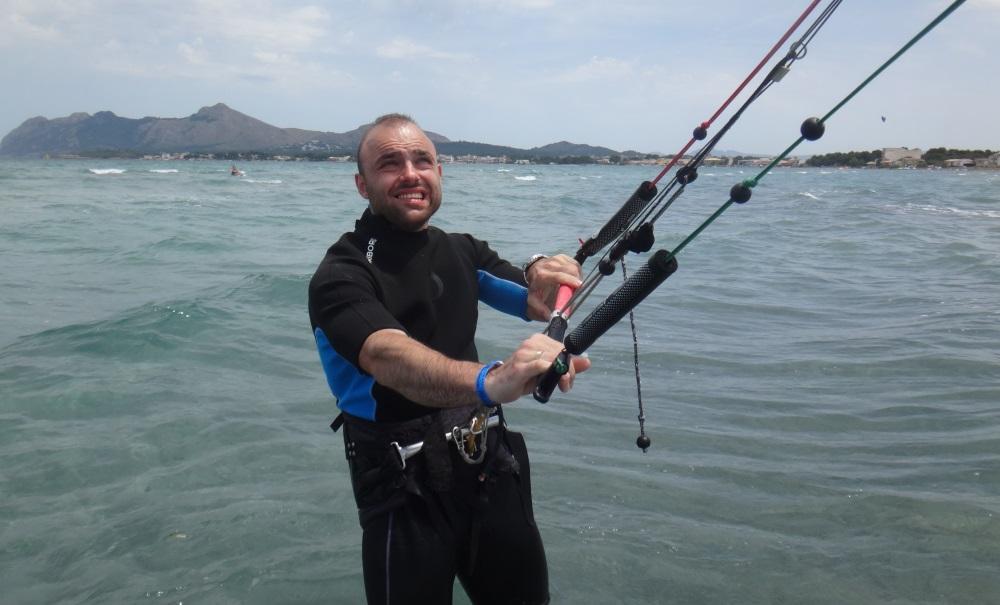 Bartosz-erste-kite-kontakt-kitesurfen-lernen-auf-Mallorca-kitekurse
