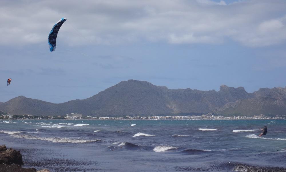 flysurfer-kitesurfen-mallorca-mit-Peak-12-mts-toll-kite-strand-Pollensa-Bucht