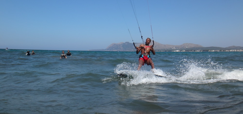 3-passing-in-front-of-some-astonished-eyes-mallorca-kiteschule