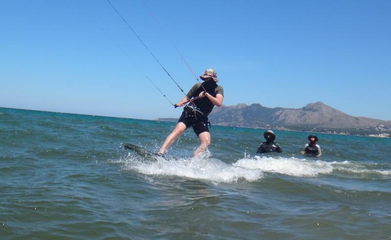 8-super-Patrick-kitekurs-Mallorca-kiteschule-edmkpollensa-com-auf-dem-brett