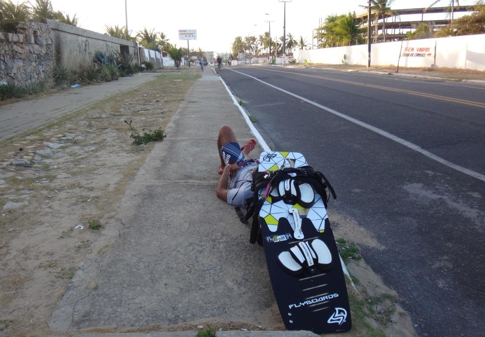 27 kitesurfing lessons vietnam- kitesurfing Brasil espoerando a la guagua de vuelta