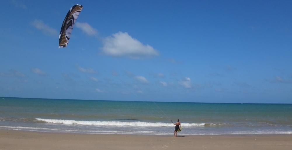 6 kitesurfing lessons vietnam kite blog - entrando al agua solo el
