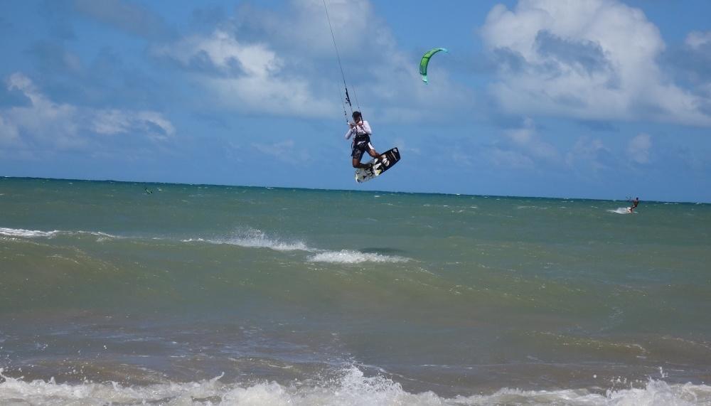 9 kitesurfing lessons vietnam- kitesurfing Brasil Isma volando